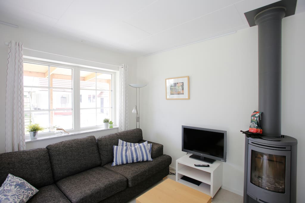 Vardagsrum med kamin. Woonkamer met haard. Living room with fire place.