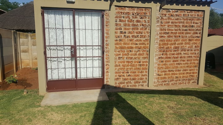 Cottage.Airport N12, R21, R55. Close to Ebotse BCC