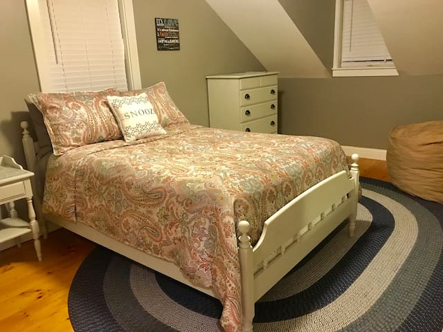 Cozy Furnished Bedroom w/ Separate Guest Entrance