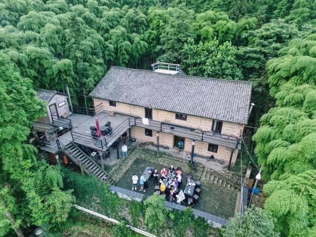 骑迹莫干山(2间-10人上下铺房间 床位价)/被竹林环抱的土墙楼房,在院子里就能看竹海数星星