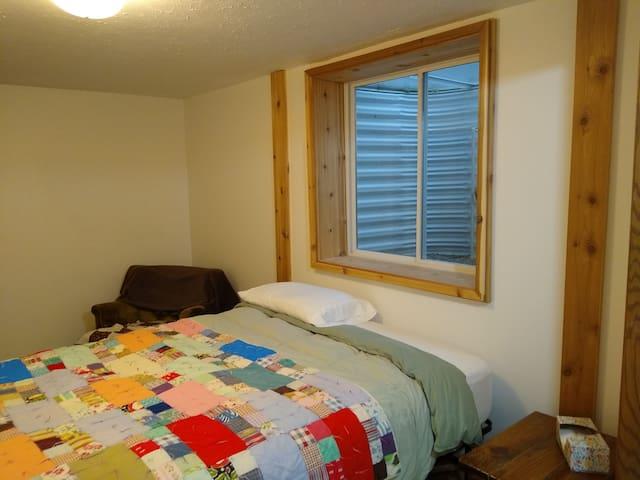 Basement room in quiet neighborhood