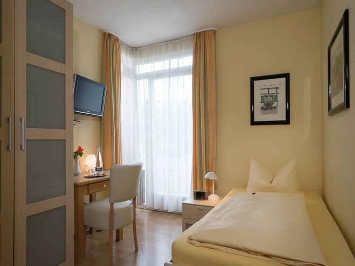 Hotel NORA GbR, (Bad Krozingen), Einzelzimmer groß mit Dusche und WC