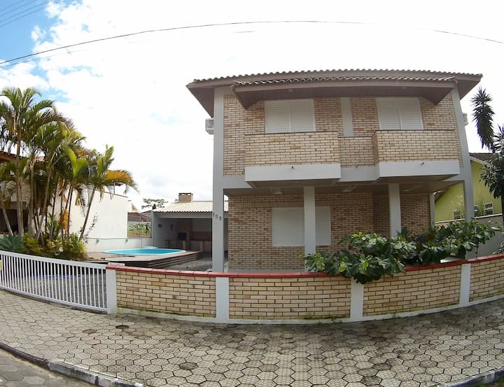 Casa com piscina Capri prox Enseada