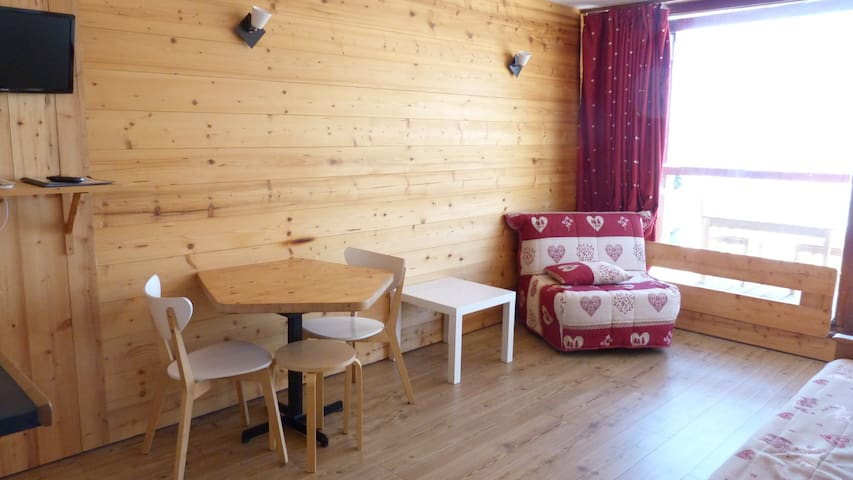 Nice studio for 3 guests ski in ski out and close to the shops, the ski school and the day nursery in Villards village in Arc 1800