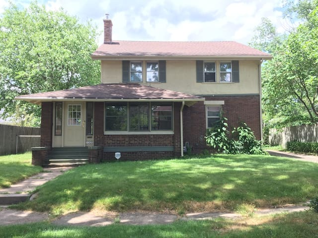 Charming House + 2 FREE TX & Walk to ND