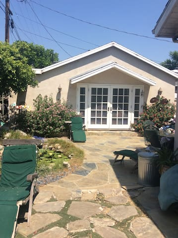 Sherman Oaks Cottage Guesthouse