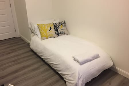 Single room in beautiful flat near city & airport