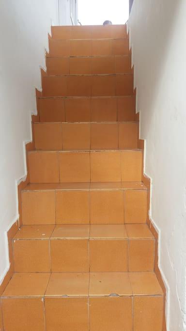 Escada de acesso à casa, que fica na parte superior e possui entrada independente da casa de baixo. OBS: Sem garagem!!!