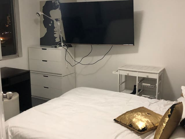 Room with double bed in Homebush