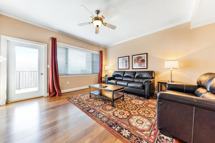 Inviting condo w/ views from private balcony! Close to Arts & Crafts community!