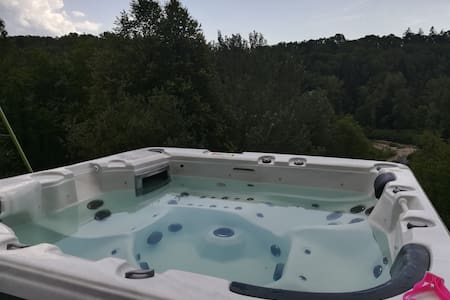 Appartement- jacuzzi - rivière - grand Parking
