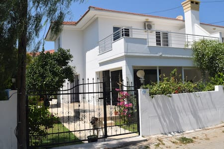 Lovely family SUMMER HOUSE with garden near beach - Cesme - Alacati - Haus