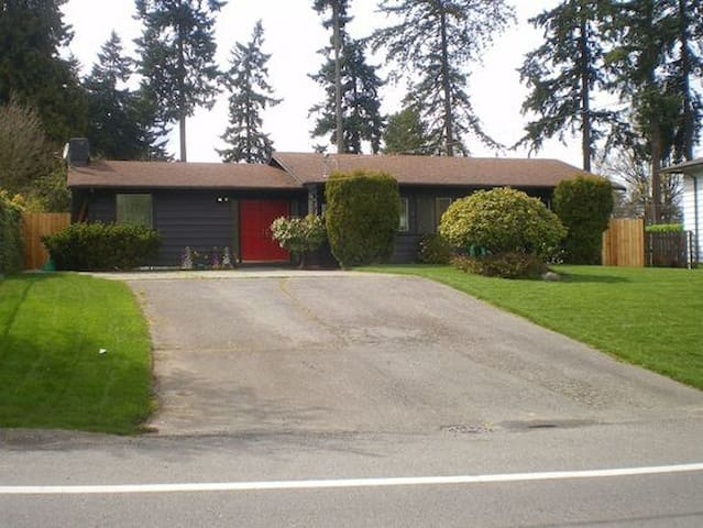 Beautiful multi bedroom house on the golf course! - Seattle