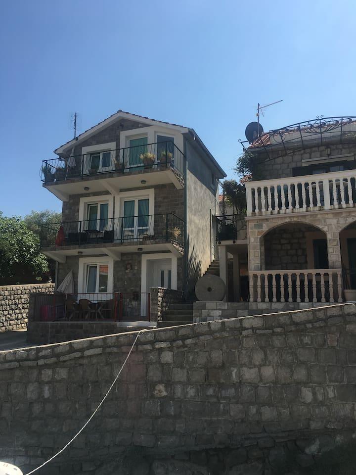Kuca na pjeni  od mora mediteranskog izgleda sa novim apartmanima