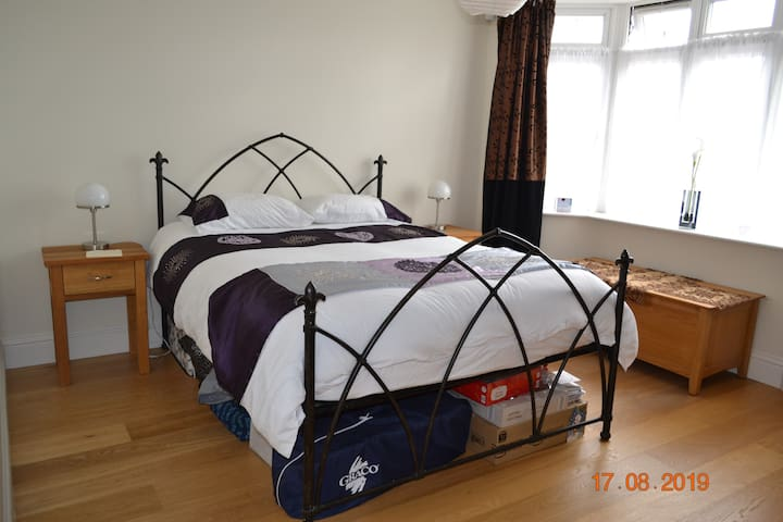 Sunningwell- Double Room (king size bed)