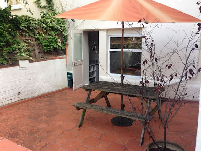 Garden Flat, close to Surbiton train station - Surbiton - Lägenhet
