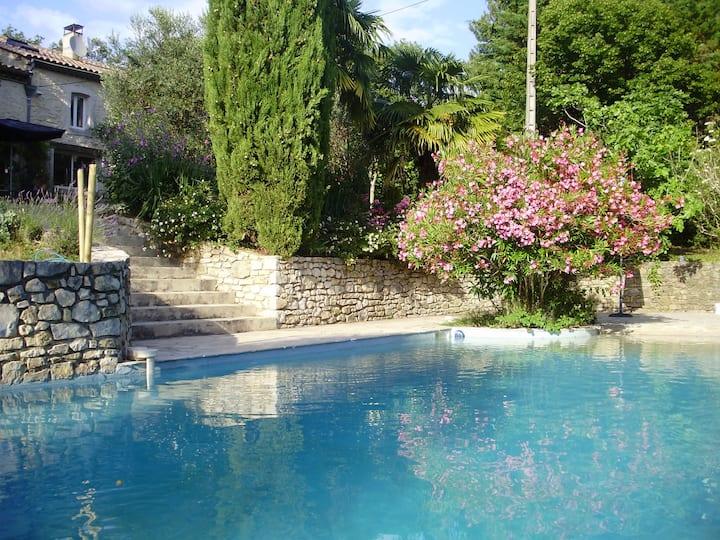 Havre de paix avec piscine en Drôme provençale