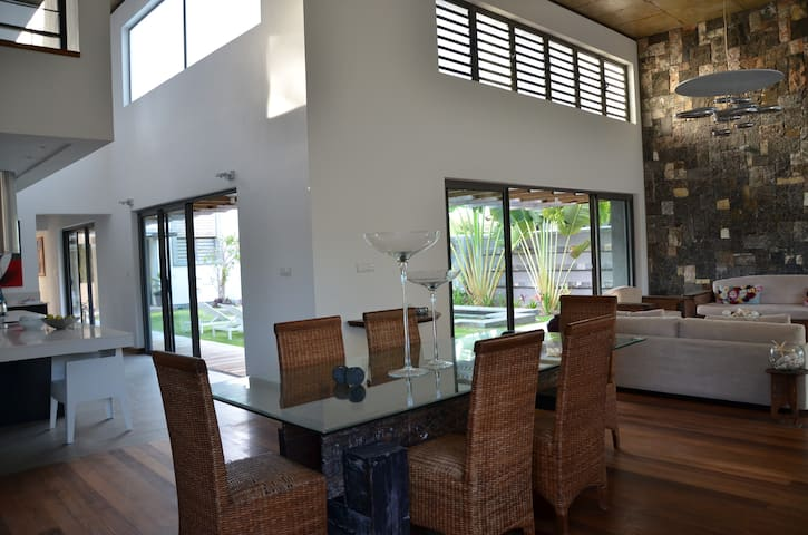 Contemporain Beach villa a Trou d eau douce - MU - House