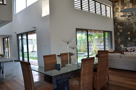 Contemporain Beach villa a Trou d eau douce