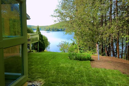 Lake view house in the Laurentians