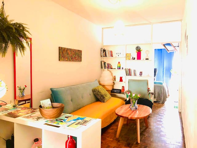 Moderno POP apartamento sobre la Av. 18 de Julio.