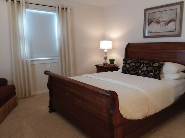 Quiet Retreat near Hospital-Adjustable Queen bed