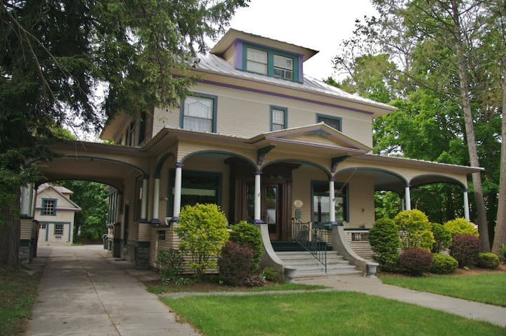 Glens Falls Inn- House with 6 bdr/6.5 baths
