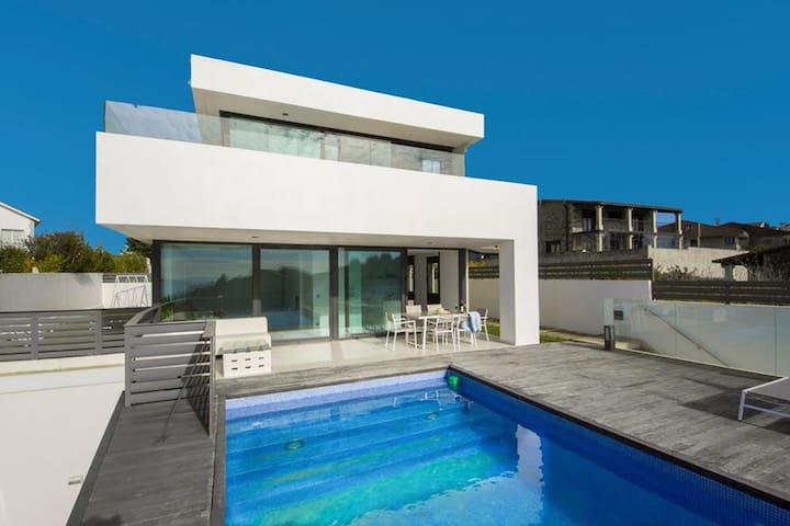 Bella villa sulla spiaggia con piscina e vista sul mare Atlantico