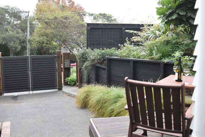 Days Bay Apartment-Relaxing Beach/Bush/Cafes/Ferry