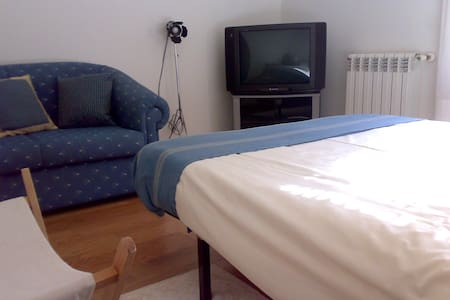 Bedroom near the beach (shared kitchen and toilet) - Apartament