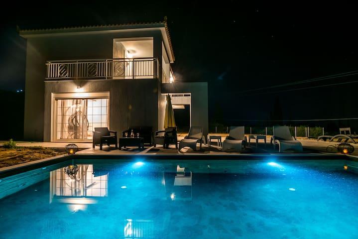 Villa Luna ★Private Pool★Sleeps 6★Free Parking
