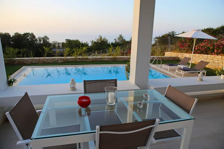 Villa 4 Couples w/Pool★300m from Beach & Amenities