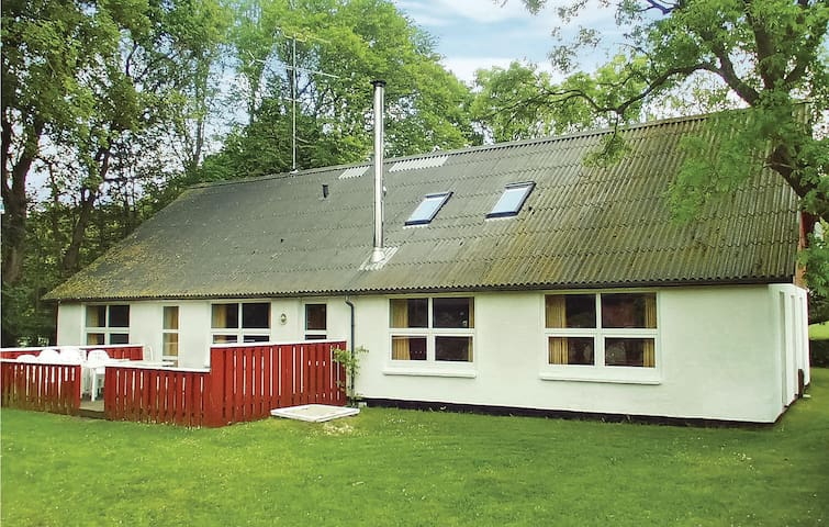 Holiday cottage with 6 bedrooms on 310m² in Sindal
