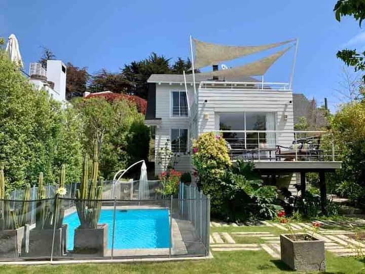 Excelente casa al lado de acceso a la playa, con vista al mar en Zapallar.
