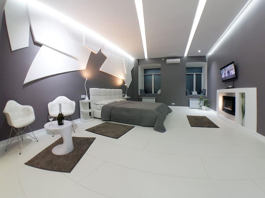 Большая и удобная кровать, электрокамин (возле него можно греться)