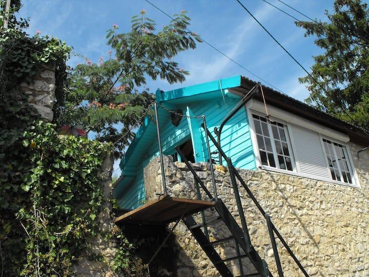 maison atypique au bord de la rivière + Un Chalet