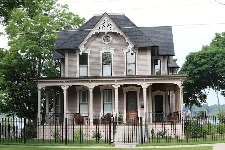The Lewis House Bed & Breakfast - Whitehall - Bed & Breakfast