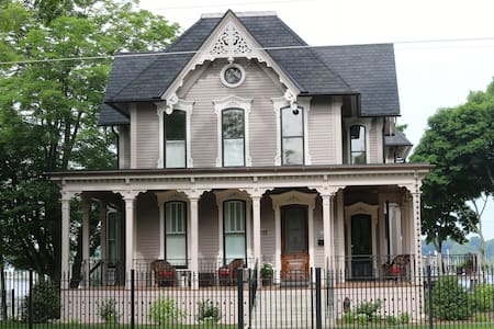 The Lewis House Bed & Breakfast - Whitehall