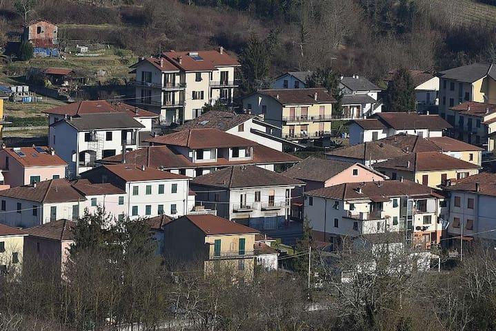 Nucleo di case in cui è inserita la 5Terre Portovenere Lerici, posizionata al centro della foto