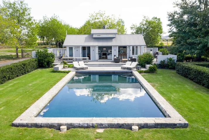 Hololio Poolhouse: Exquisite Clevedon Event Space