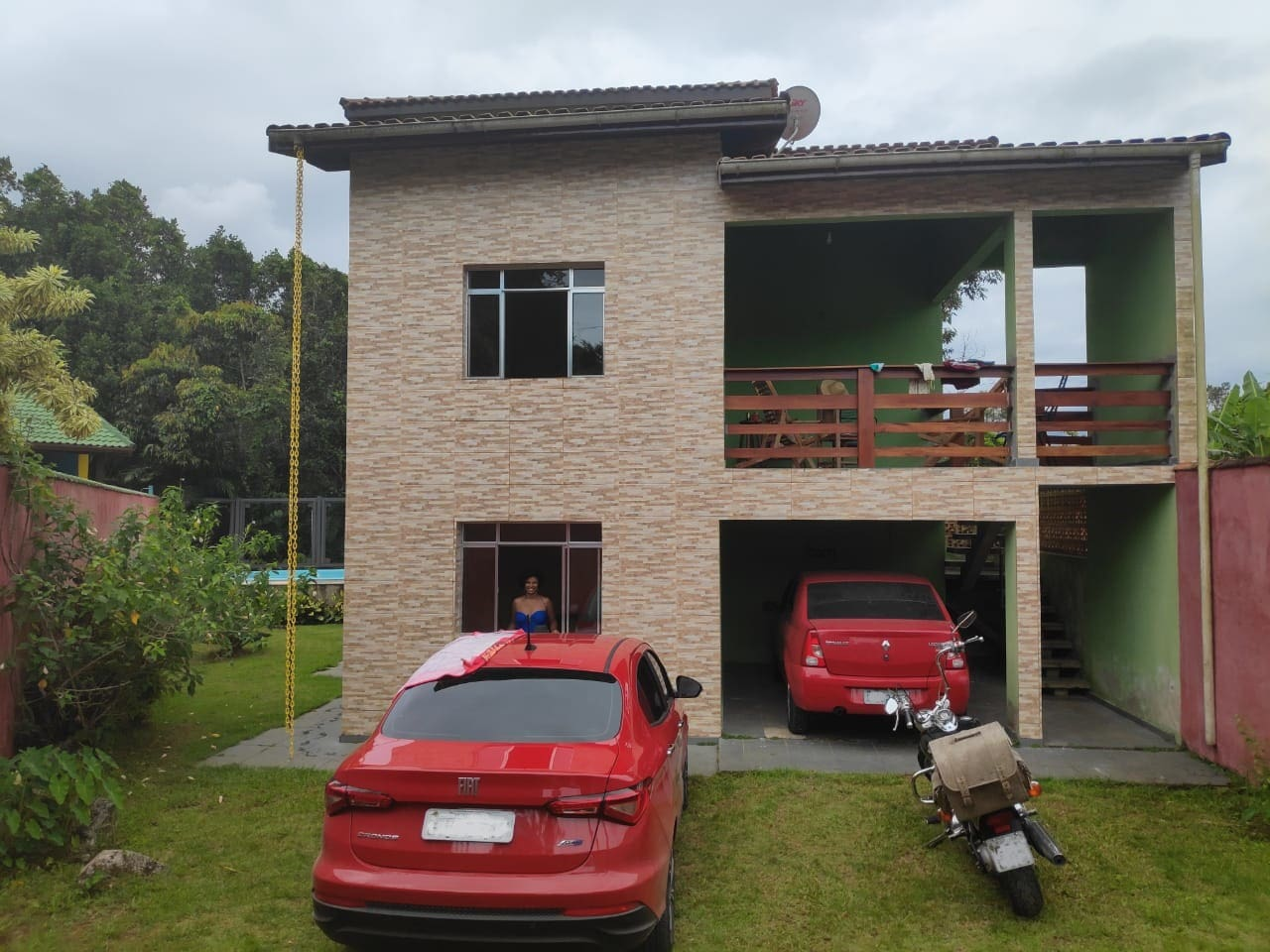 É um sobrado e o acesso á casa de cima é feito pela escada a direita
