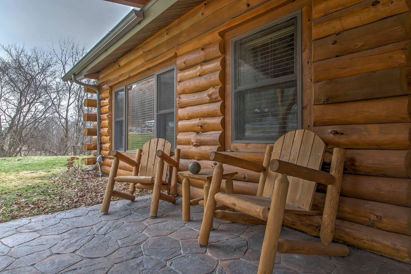 Relax at this 2-bedroom, 1-bathroom vacation rental cabin in Ferryville!
