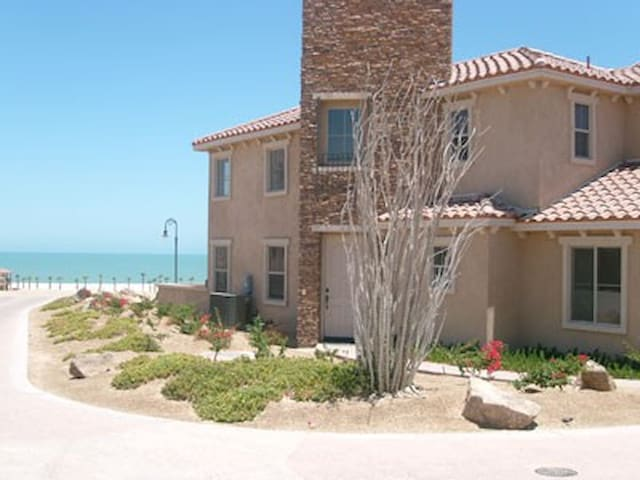 Vacation in luxurious condo by the Sea of Cortez