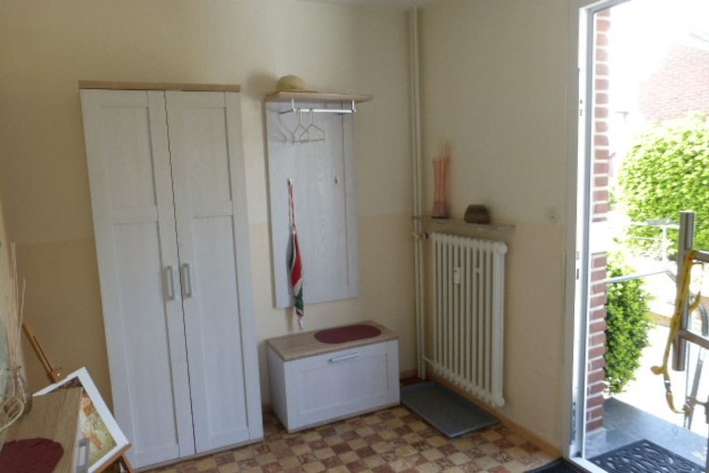 Im Eingang befindet sich eine Garderobe.