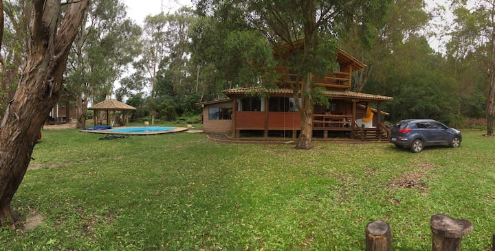 Cabana em clube na beira da lagoa