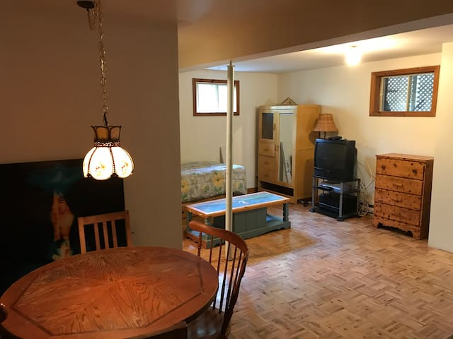 Petit studio au sous-sol d'un chalet rustique à Val Morin