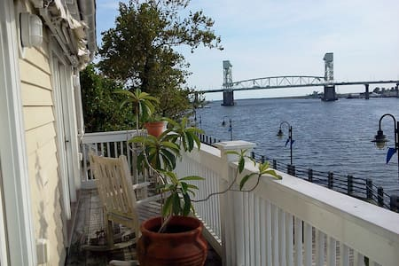 Riverfront Downtown Condo with a Parking Space! - Wilmington - Ortak mülk