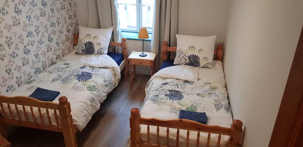 2e Slaapkamer met 2 een-persoonsbedden en inbouwkast
