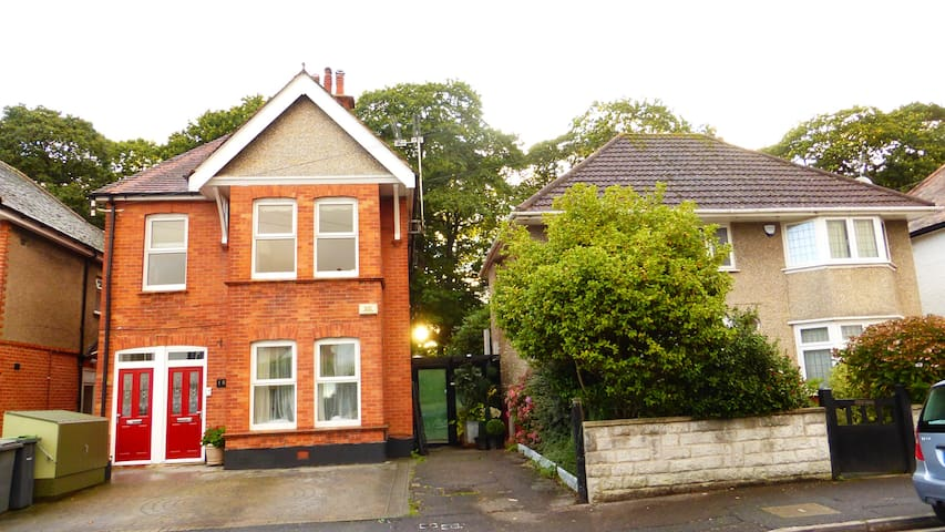 Southbourne CLIFFS/SEA end of road sleeps 2-5