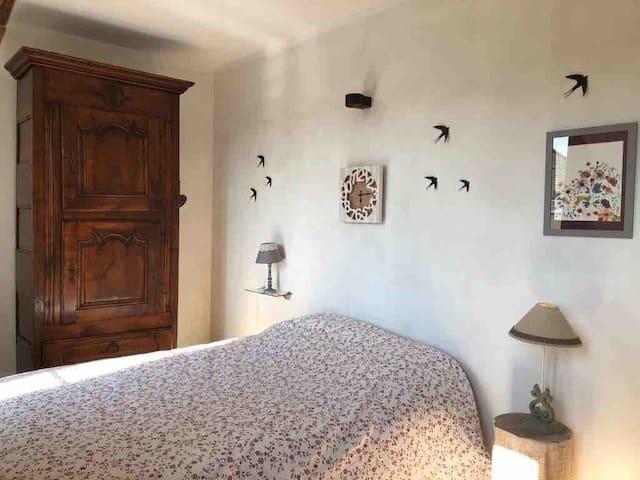chambre 1 côté Seine lit 140 petit bureau